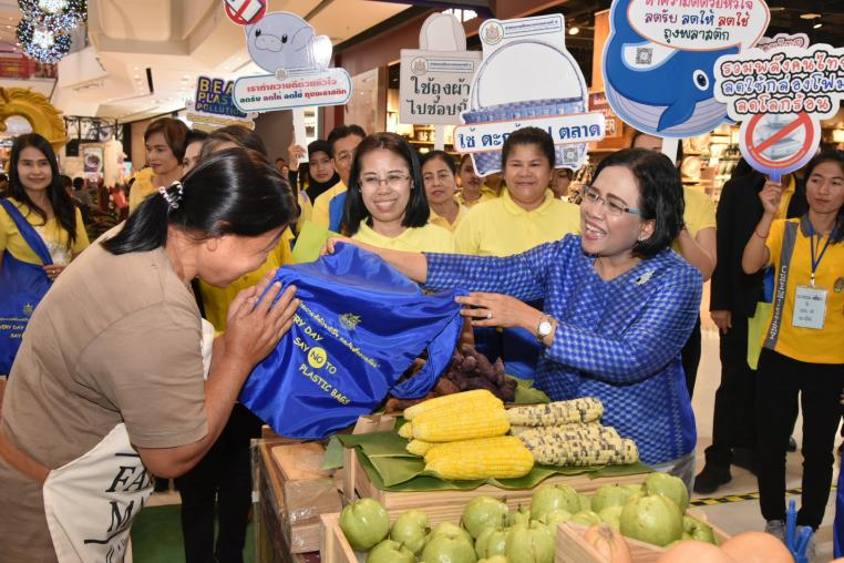 Ministry of Natural Resources and Environment is moving forward, providing cloth bags and public relations for reducing single-use plastic at Central Plaza Westgate.