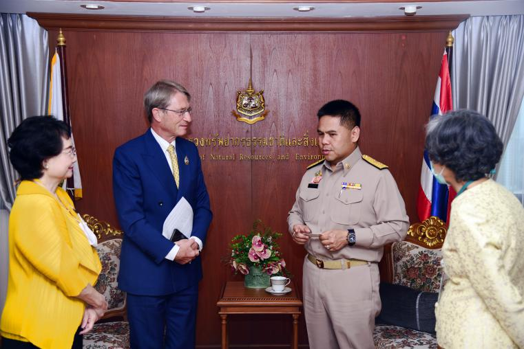 The Ministry of Natural Resource and Environment welcomed the Thai Chamber of Commerce to cooperate to increase forest areas with the private sector in tripartite form.